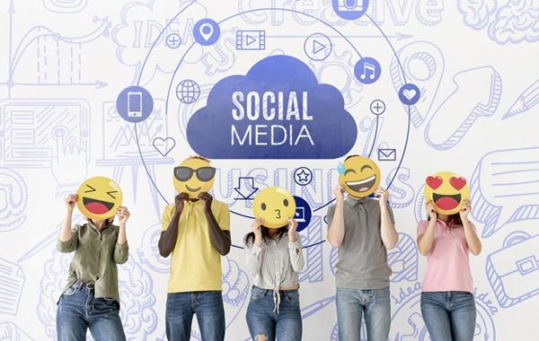 Menggunakan Sosial Media